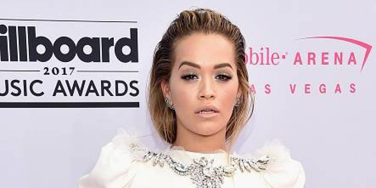 Rita Ora llegó a los Billboard 2017 mostrando orgullosa su tanga