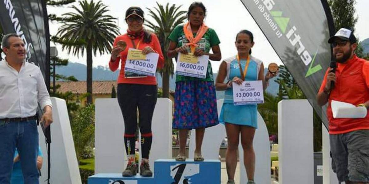 Mujer rarámuri gana ultramaratón sin equipo deportivo