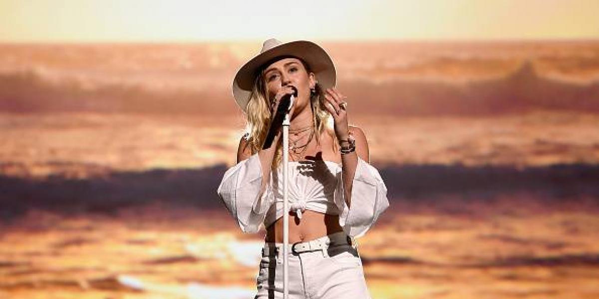 """Miley Cyrus termina llorando al interpretar """"Malibú"""" en los Billboard 2017"""