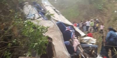 Autobús cae a barranco en Chiapas, mueren pasajeros