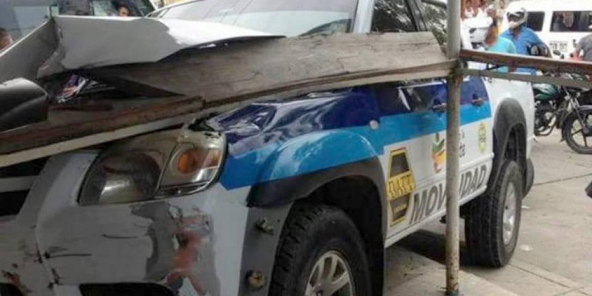 Agente de tránsito se estrella y hiere a tres personas en Cartagena