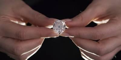 Subastan anillo de diamantes comprado en mercado de pulgas
