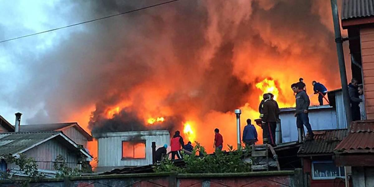Voraz incendio arrasa con ocho viviendas en Lota