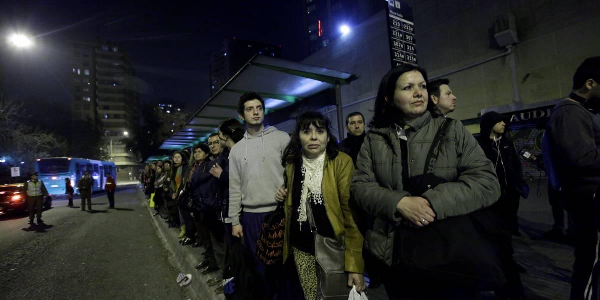 Regreso a casa más lento: 5 de 7 operadores del Transantiago no cumplieron con regularidad mínima