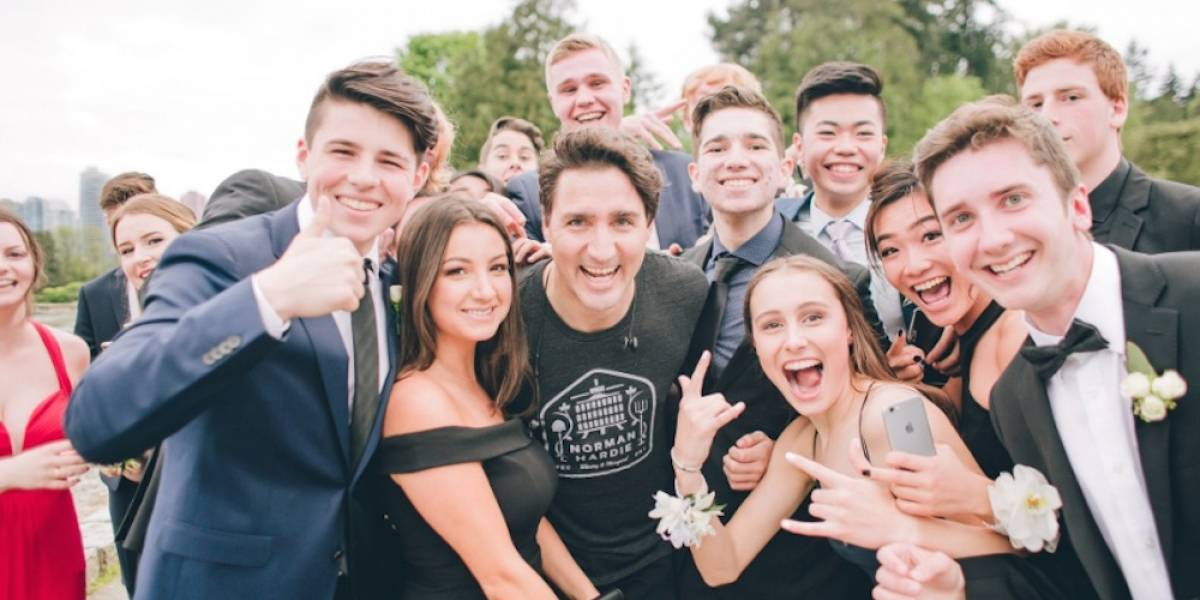 """Así """"arruinó"""" Justin Trudeau la foto de graduación de estos estudiantes"""
