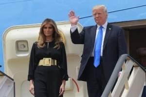 Donald Trump bajando del avión presidencial