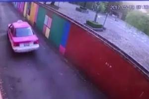 Graban a taxista que intenta abusar de joven en México