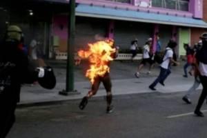Maduro culpa a oposición que quemaran a joven durante protesta