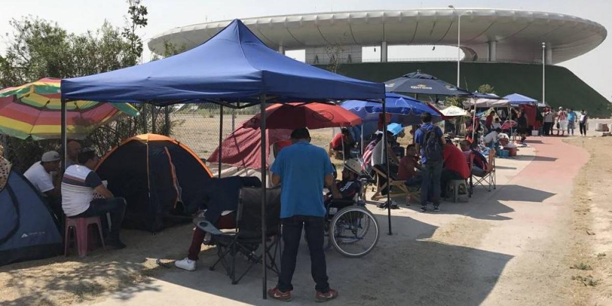 Aficionados acampan en el Estadio Chivas por un boleto