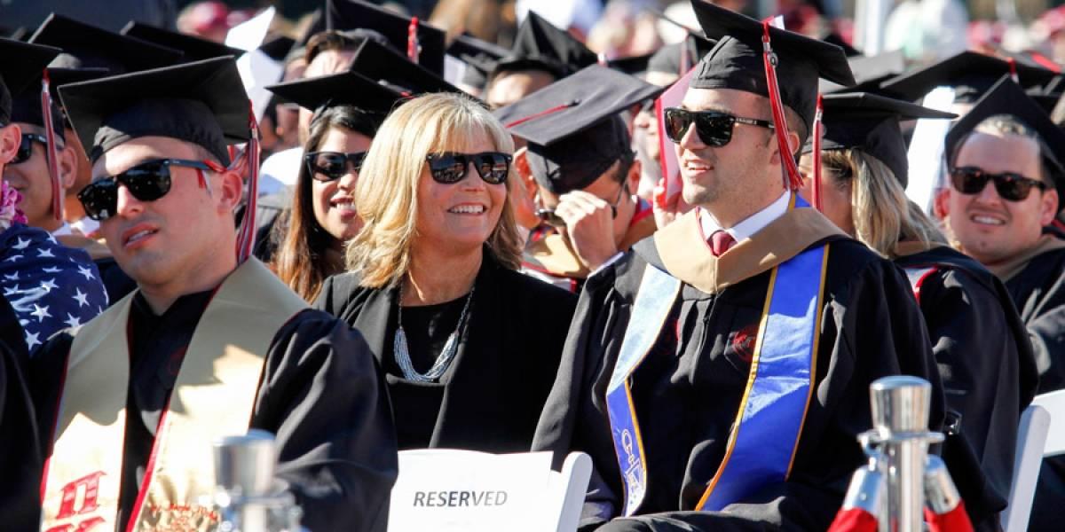 Entregan diploma a madre que tomó clases con su hijo tetrapléjico