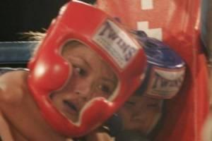 VIDEO: Niña de 12 años somete y desmaya a su rival en combate de MMA