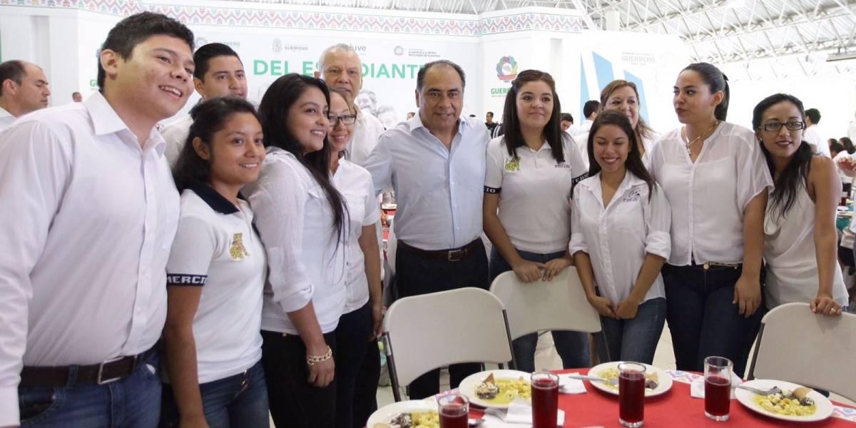 Astudillo convive con estudiantes destacados de Guerrero