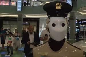 ¡De película! 'Robocop' inicia labores en centro comercial de Dubai