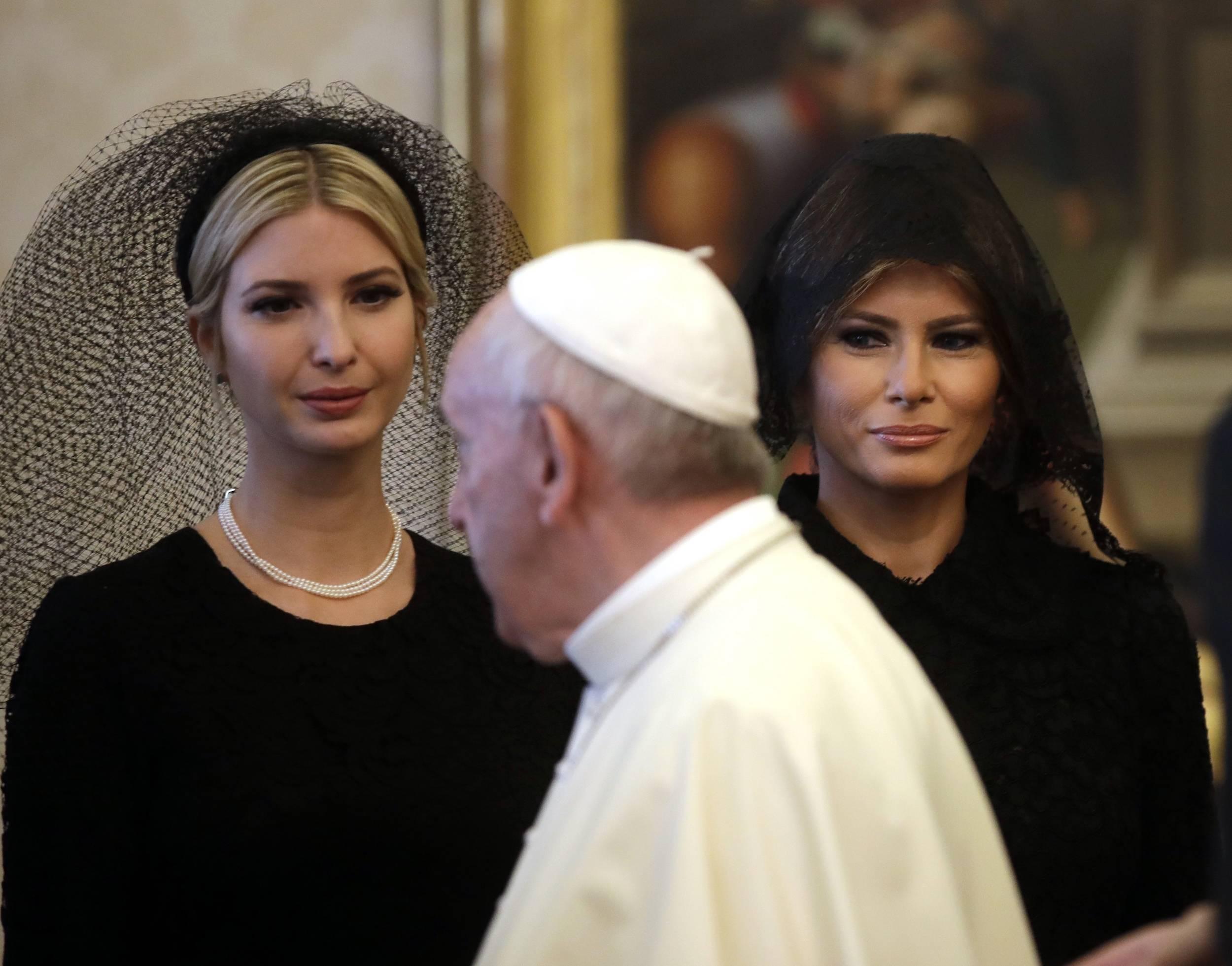 El Papa Francisco camina frente a Ivanka Trump y Melania Trump durante la audiencia privada en el Vaticano. / Foto: AP