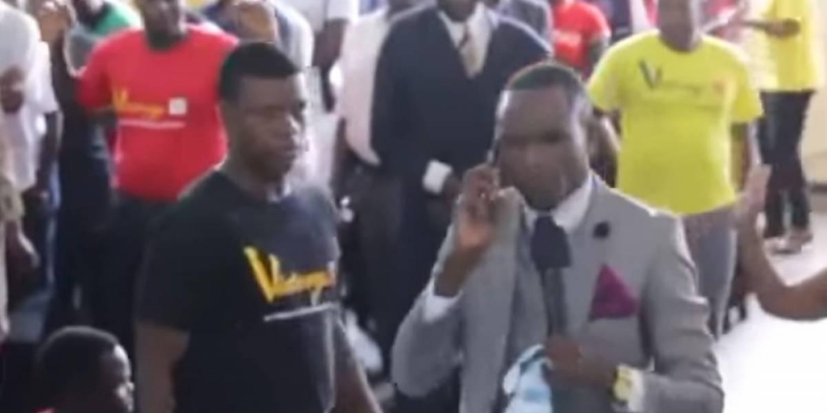 """Predicador africano """"habla por teléfono"""" con Dios"""