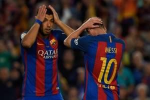 Luis Suáres y Leo Messi se lamentan tras fallar un gol