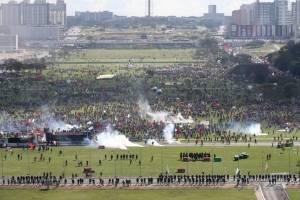 Confronto entre policiais e manifestantes marca protesto contra o governo de Michel Temer na Esplanada dos Ministérios