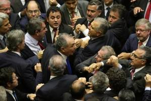 Deputados do PMDB e do PSOL se empurram durante confusão