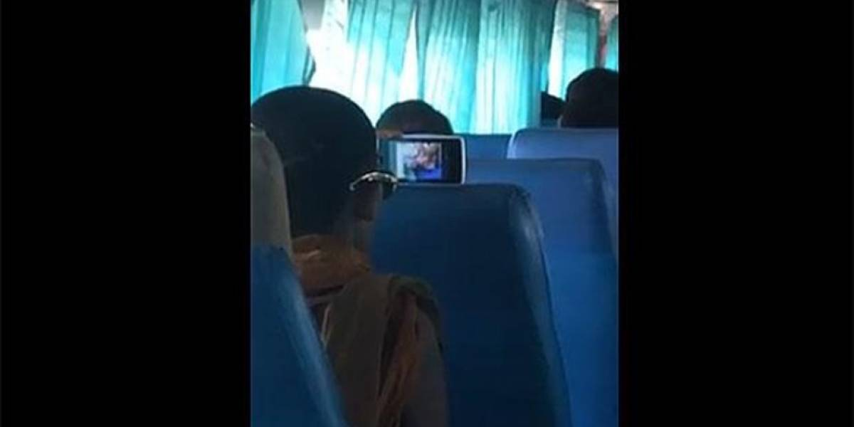 Un viaje de placer: sorprenden a monje budista mirando porno en bus y se convierte en viral