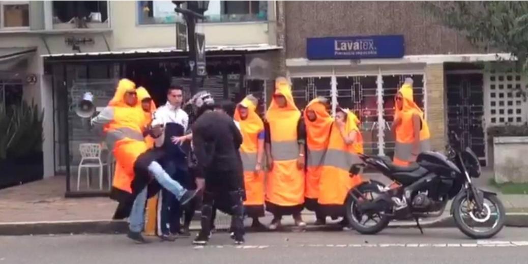 ¿El video de la pelea entre un cono y un motociclista fue editado?