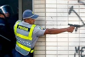 Policial dispara com armamento letal contra manifestantes