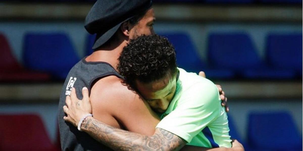 VIDEO. Ronaldinho deslumbra con su visita a jugadores del Barcelona