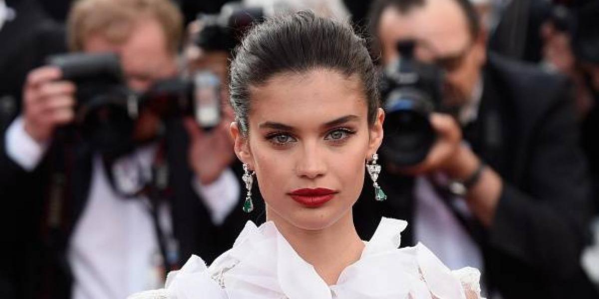 La modelo Sara Sampaio rompe las reglas en Cannes y deja ver su trasero