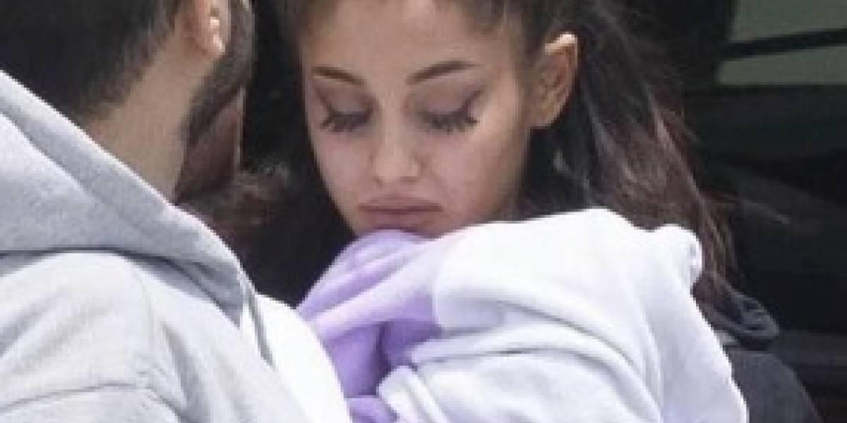 Ariana Grande regresa visiblemente devastada a Estados Unidos