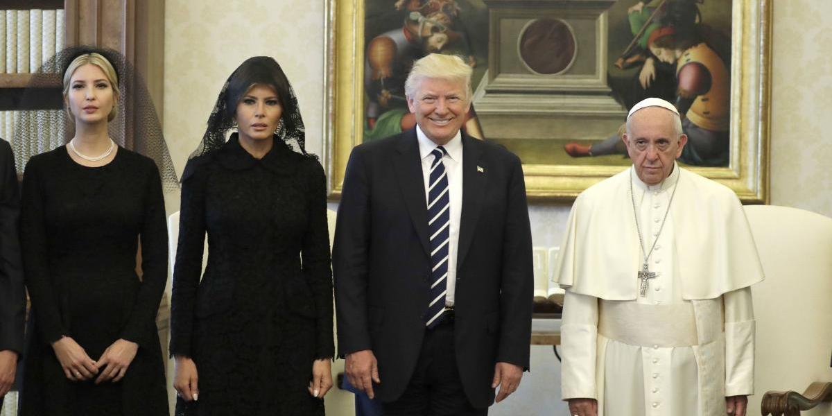 """Bromas y la """"cara de funeral"""" del Papa Francisco marcan reunión con Trump"""