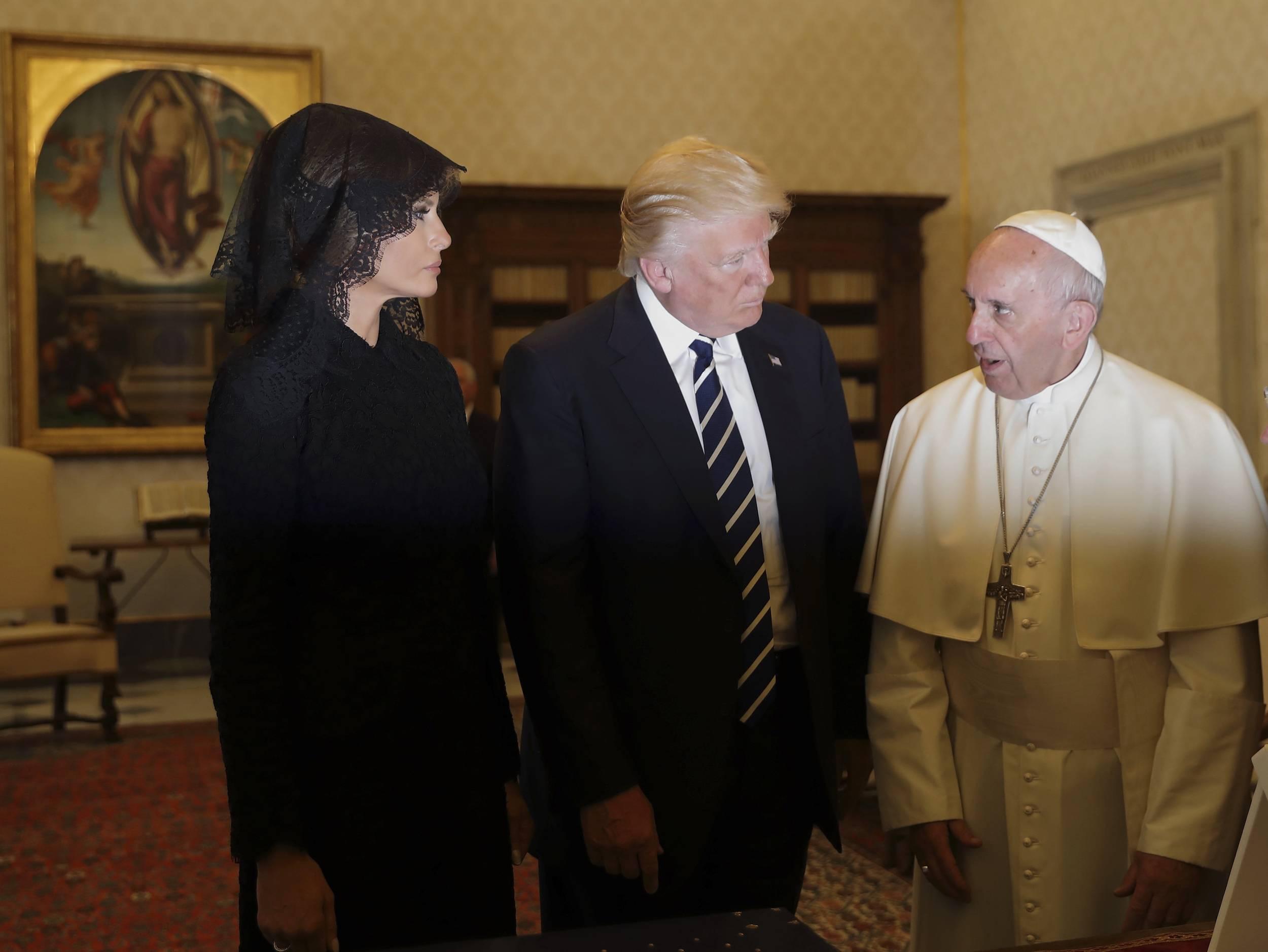 El Papa Francisco en la audiencia privada junto al presidente Donald Trump y la primera dama, Melania Trump. / Foto: AP