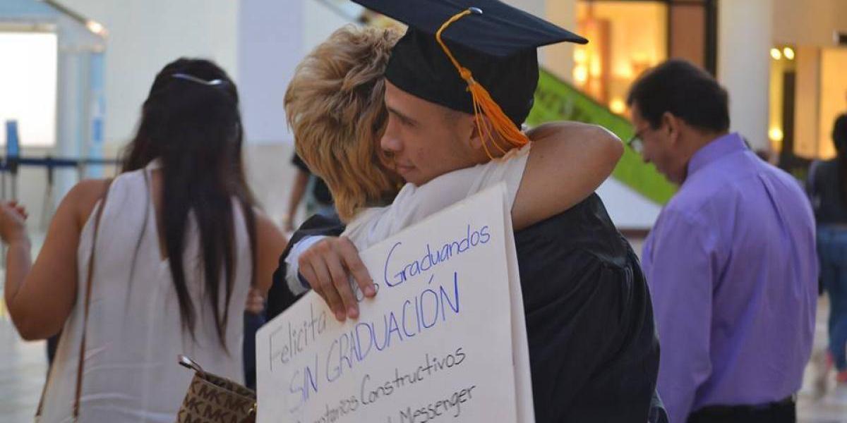 Estudiante UPR desfila con toga en la Ponce de León y Plaza las Américas