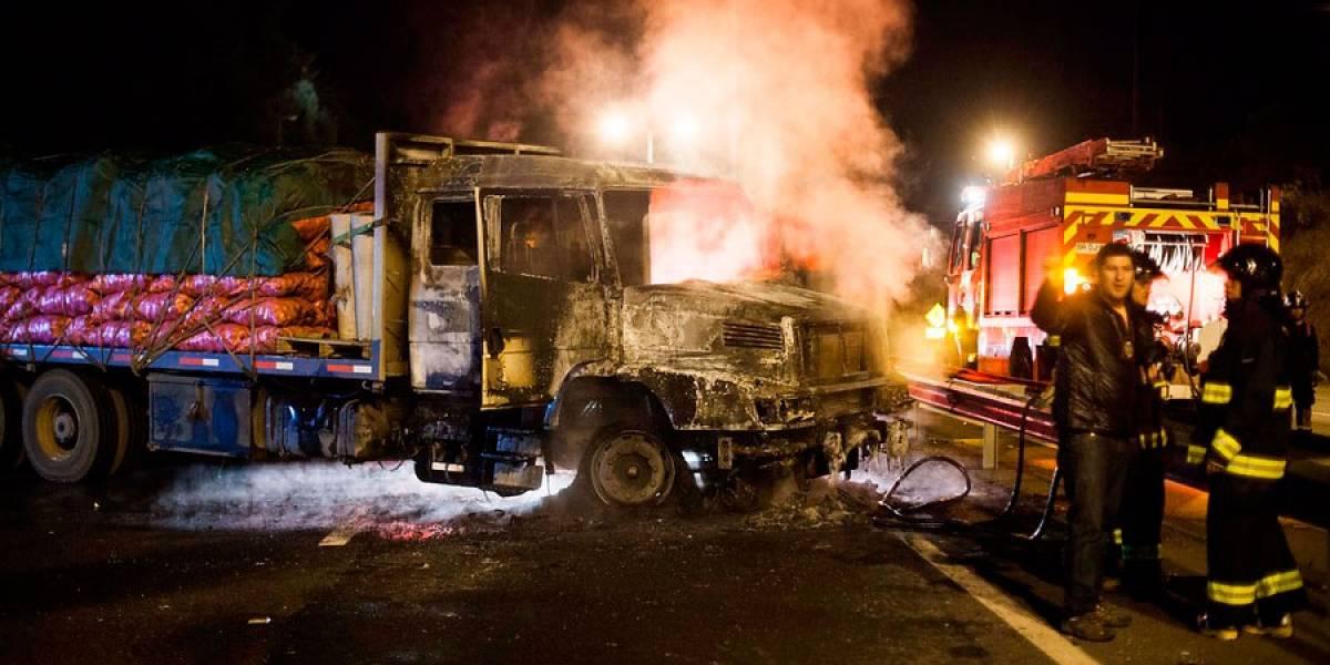 Dos camiones quemados deja como saldo nuevo atentado en La Araucanía