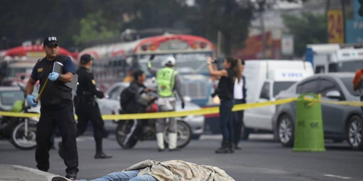 Hombre muere tras caer de autobús en marcha en calzada San Juan