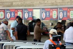 Comando armado roba a revendedores en el estadio Chivas
