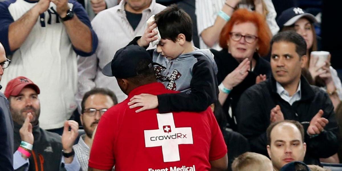 FOTO: ¡Se rompió! Bat de jugador de los Yankees lesiona a niño