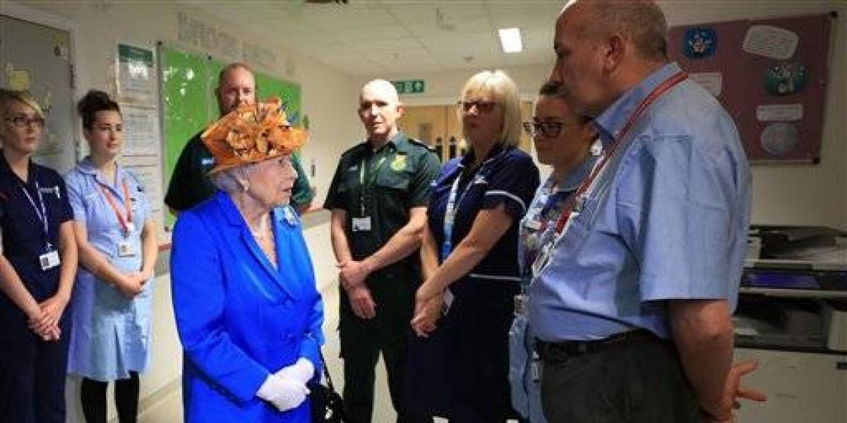 Reina Isabel visita en hospital a heridos por atentados en Manchester