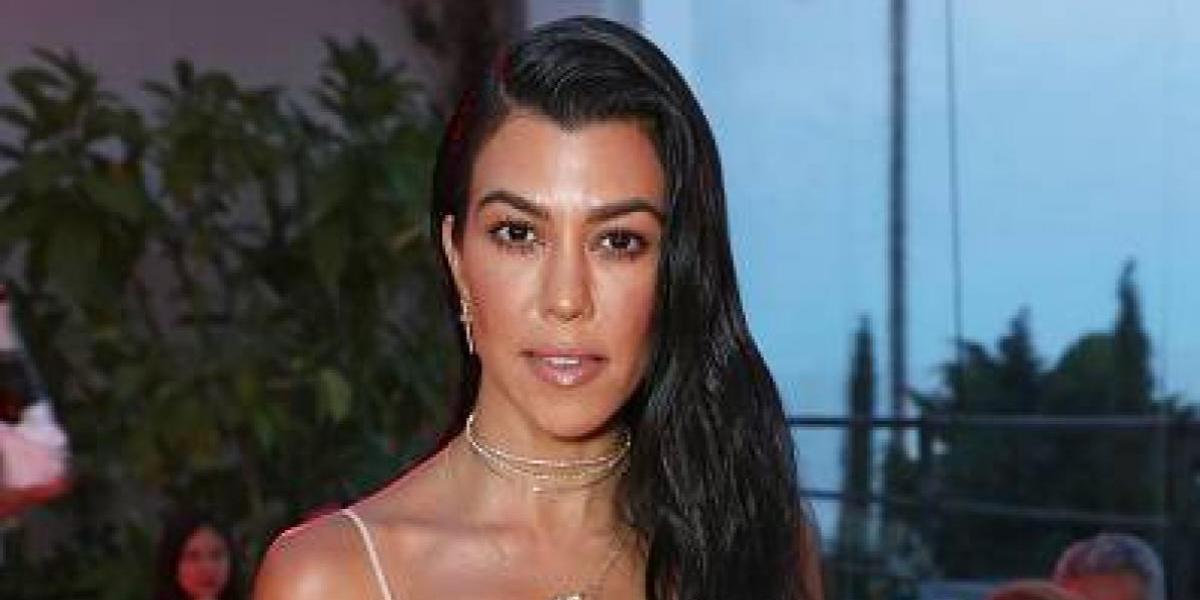 Kourtney Kardashian presume a su nuevo amor y a su figura en traje de baño