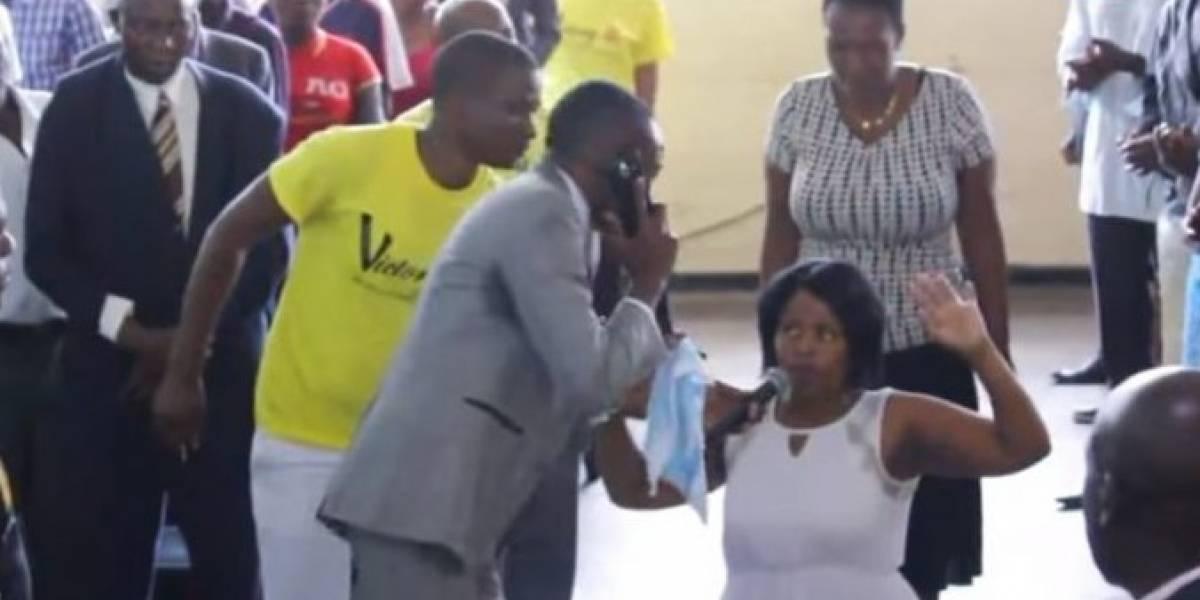 VIDEO. Pastor africano asegura hablar por teléfono... ¿con Dios?