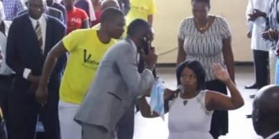 Pastor simula tener una llamada con Dios