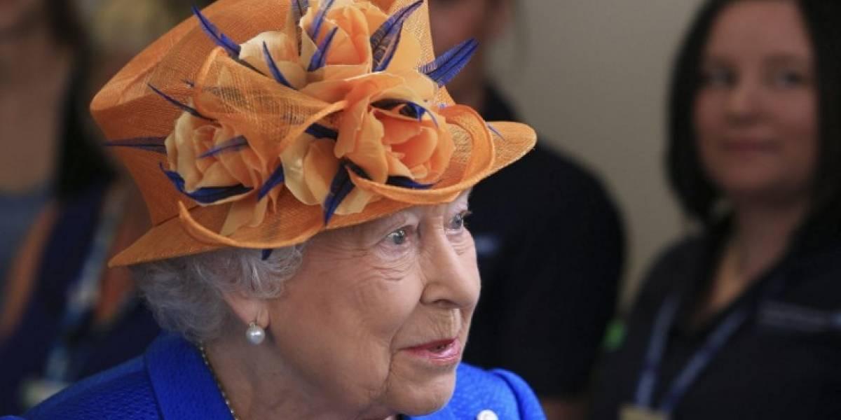 Reina Isabel visita a los heridos del atentado explosivo de Manchester