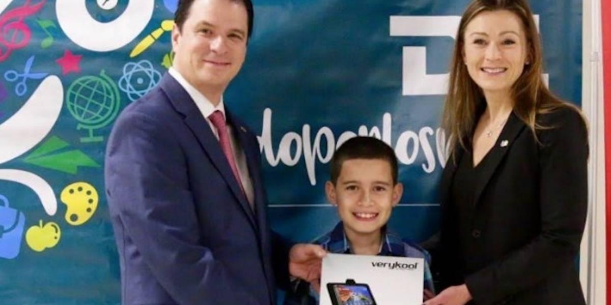 Educación dona tabletas a estudiantes