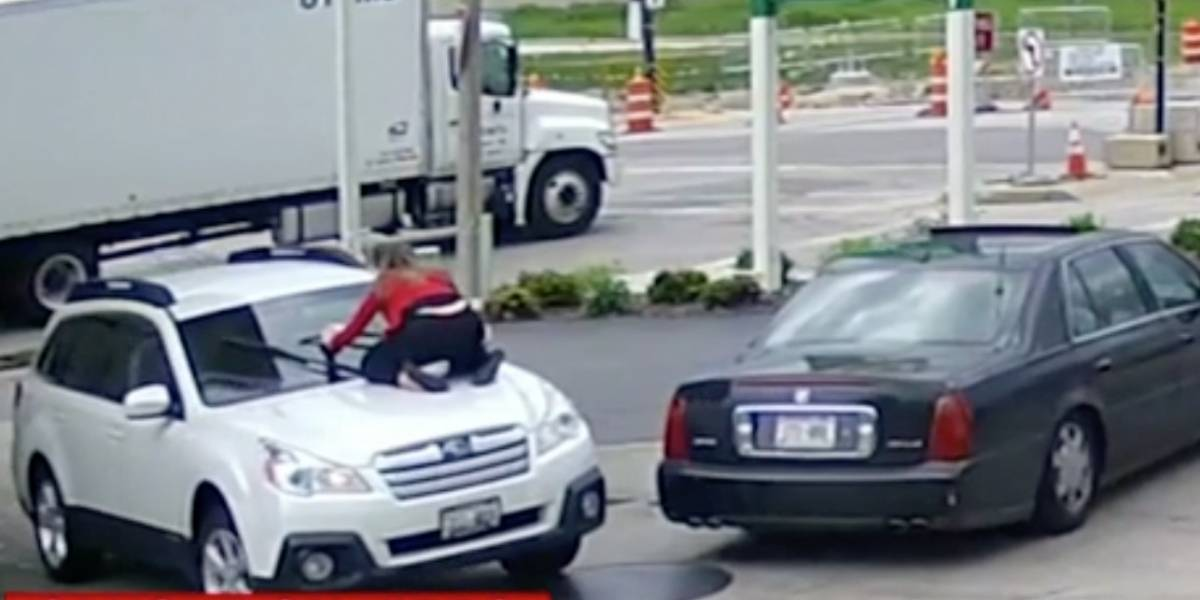 Mujer se sube a su guagua para evitar carjacking