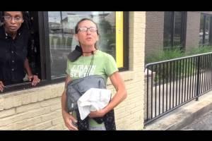 Mujer que pedía limosna y tenía auto de lujo fue descubierta por YouTuber