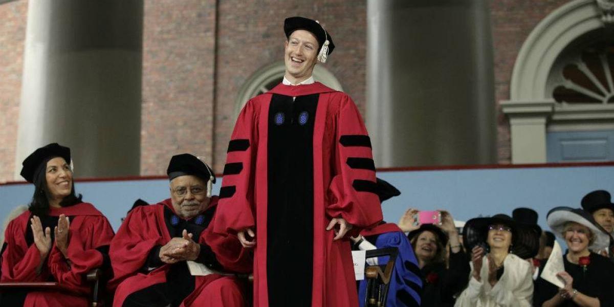 Mark Zuckerberg se gradúa en Harvard... 12 años después