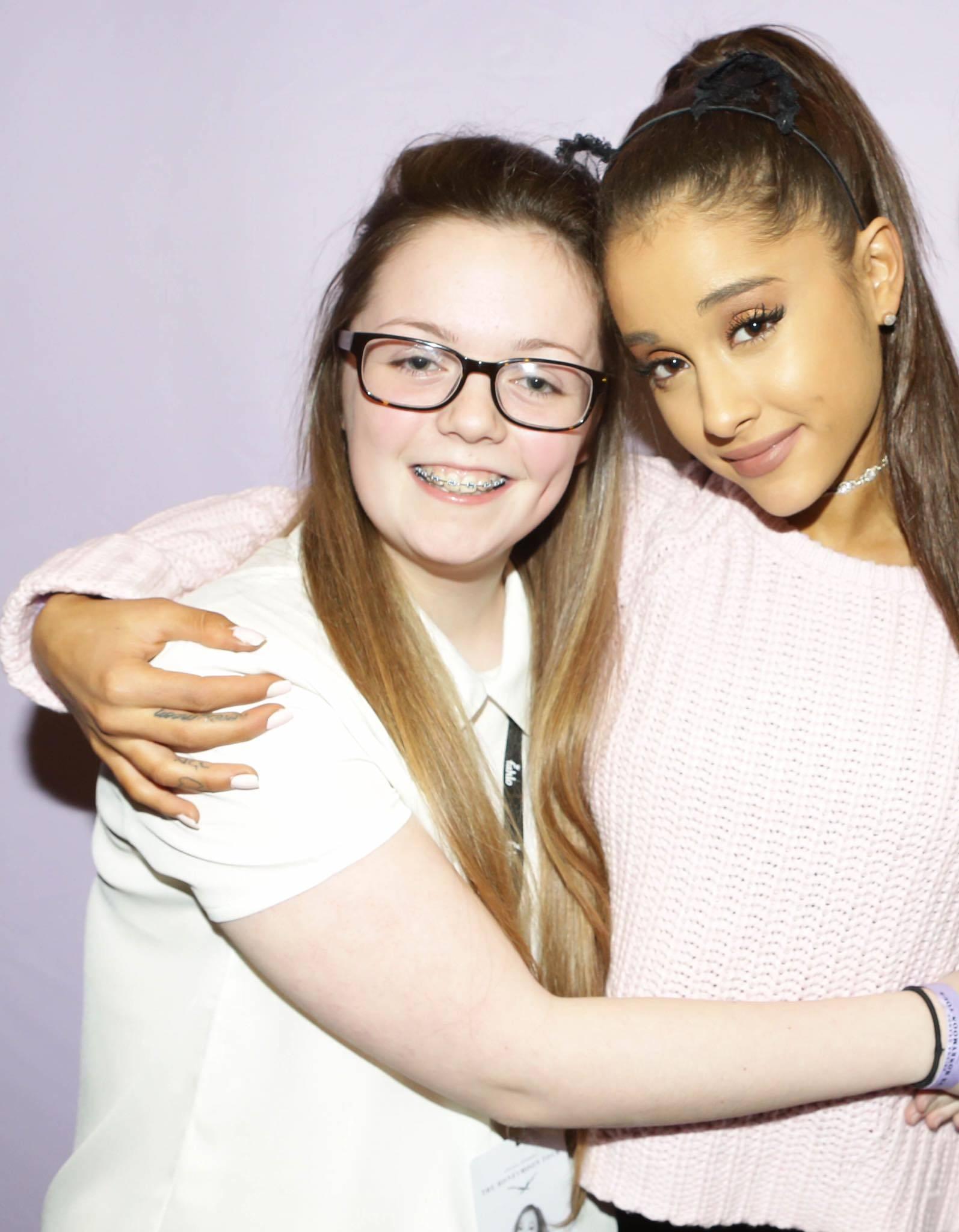 Georgina Callander, 18 años (en la foto junto a la artista Ariana Grande) / Foto: www.facebook.com/ArianaGMx