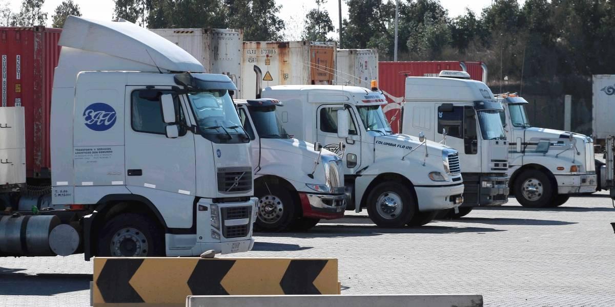 Transportistas bolivianos bloquean por completo paso fronterizo con Chile