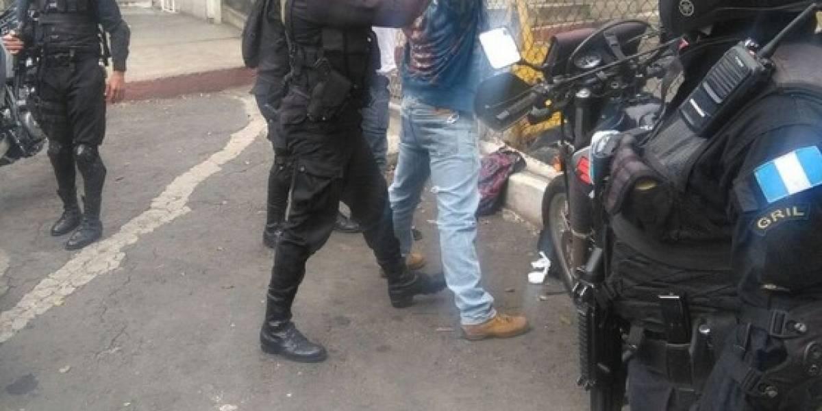 Capturan a dos hombres y una mujer cuando intentaron sobornar a policías con Q4 mil