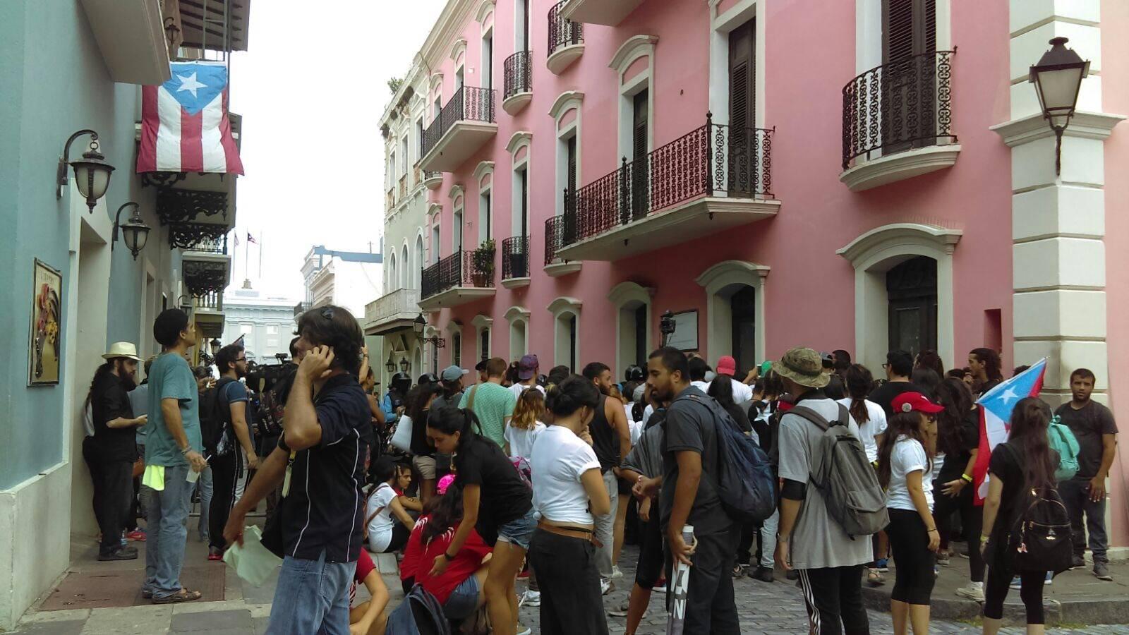 Estudiantes de la UPR protestaron hoy frente a La Fortaleza en el Viejo San Juan. / Foto: Metro Puerto Rico