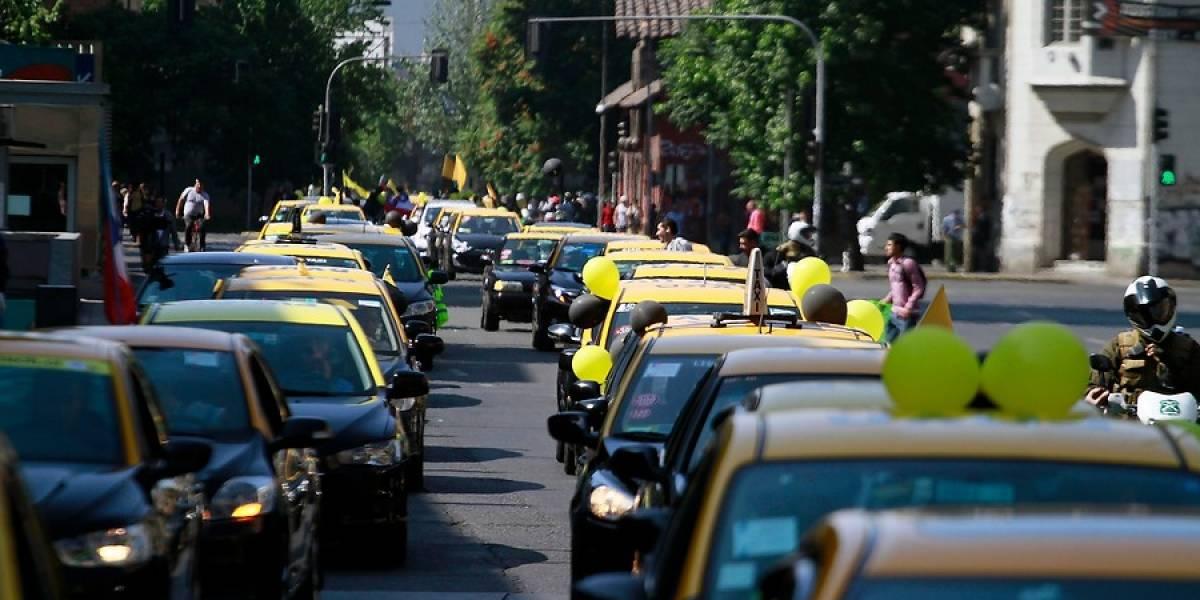 """La intendencia metropolitana autorizó marcha """"a pie"""" de taxistas contra Uber y Cabify"""