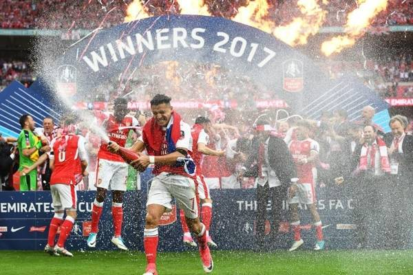 Sánchez celebró el título con los Gunners / EFE